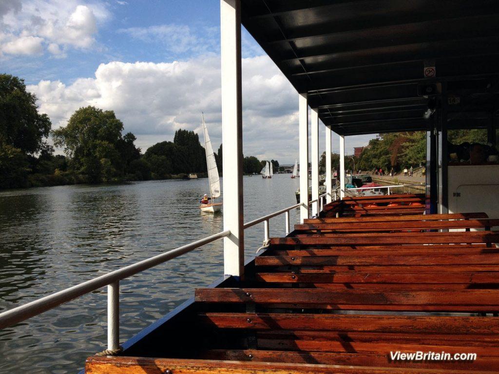 Boat-Leaving-Queens-Promenade-for-Hampton-Court