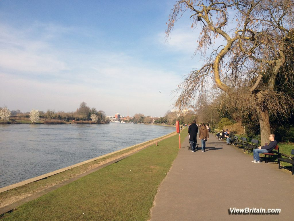 Queens-Promenade-on-a-sunny-day-Kingston-Surrey-UK